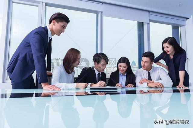 领导故意安排有后台,却没能力的人做我上司,是不是故意针对我,我该怎么办?